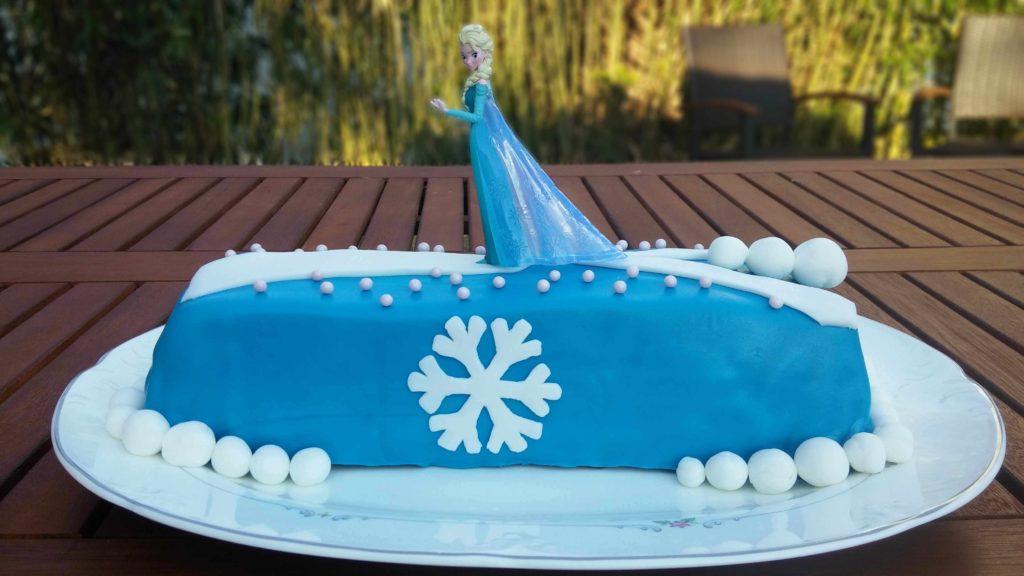 Die Eiskönigin Kuchen aus einem Kirsch-Schokoladen-Kuchen