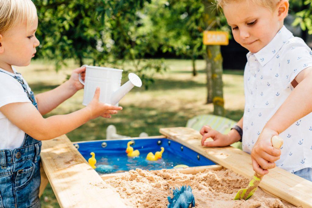 Picknicktisch mit Sand- und Wasserbecken von Plum