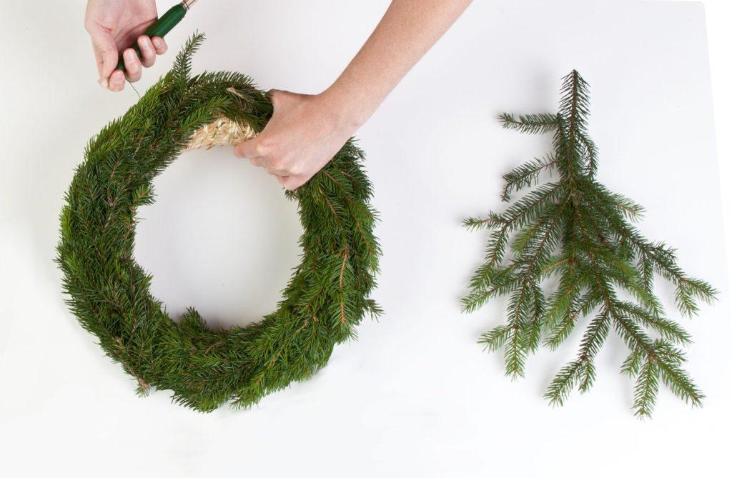 Adventskranz selber machen - Tannengrün um Strohkranz wickeln