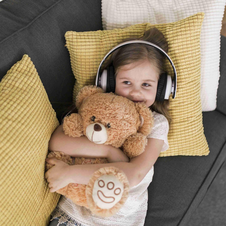 Kind mit Teddybär im Arm