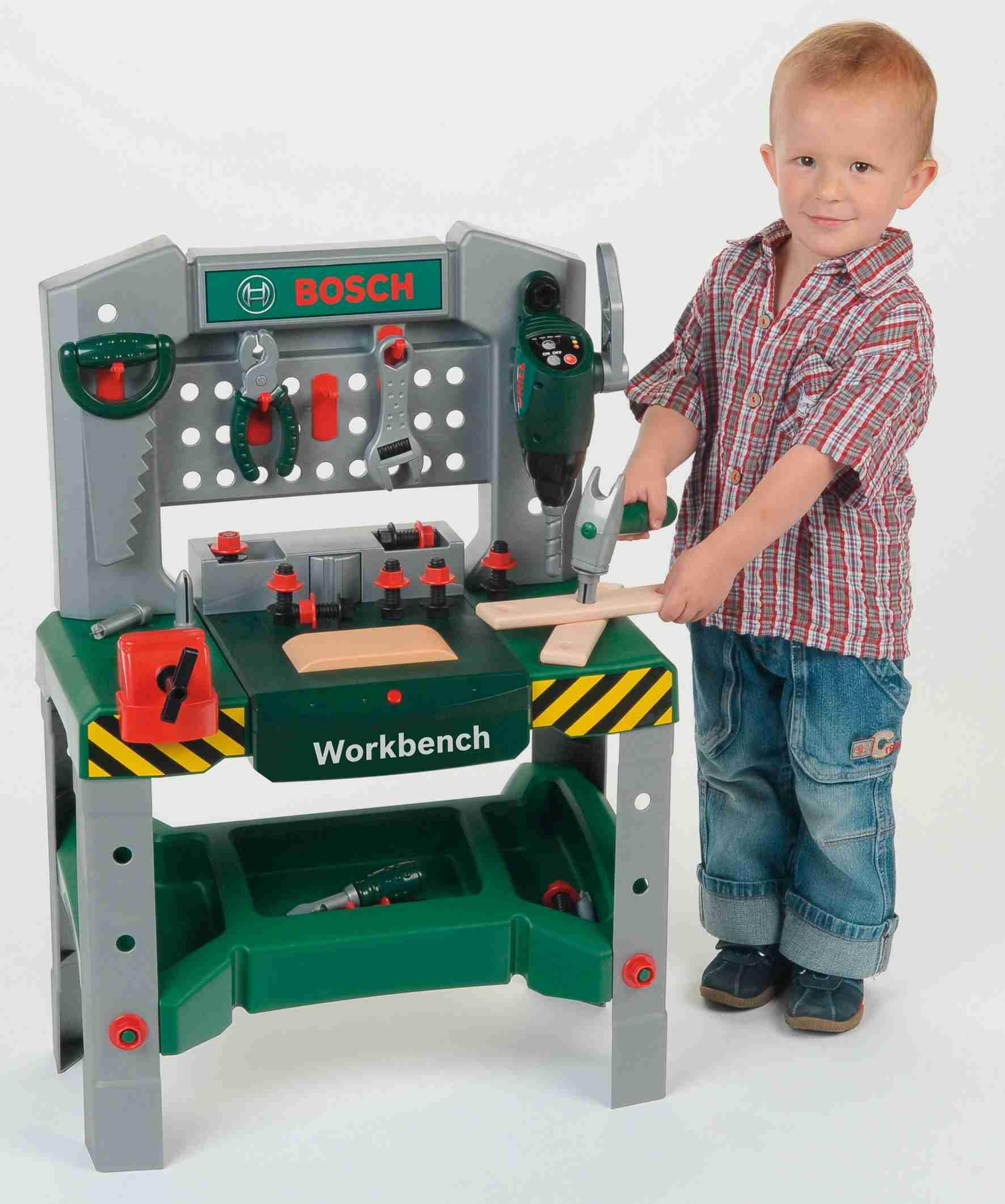 Kind spielt mit Werkbank für Kinder
