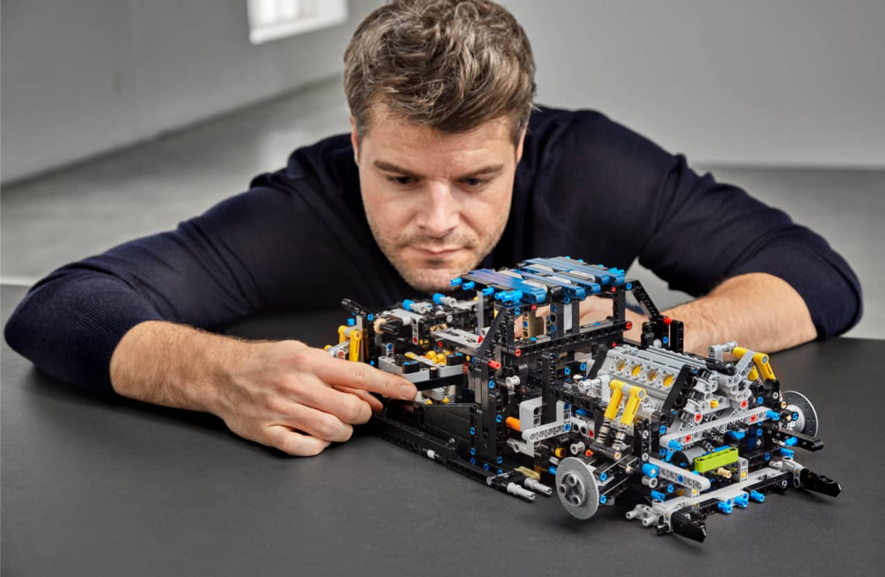 Mann baut mit LEGO® Technic Modell
