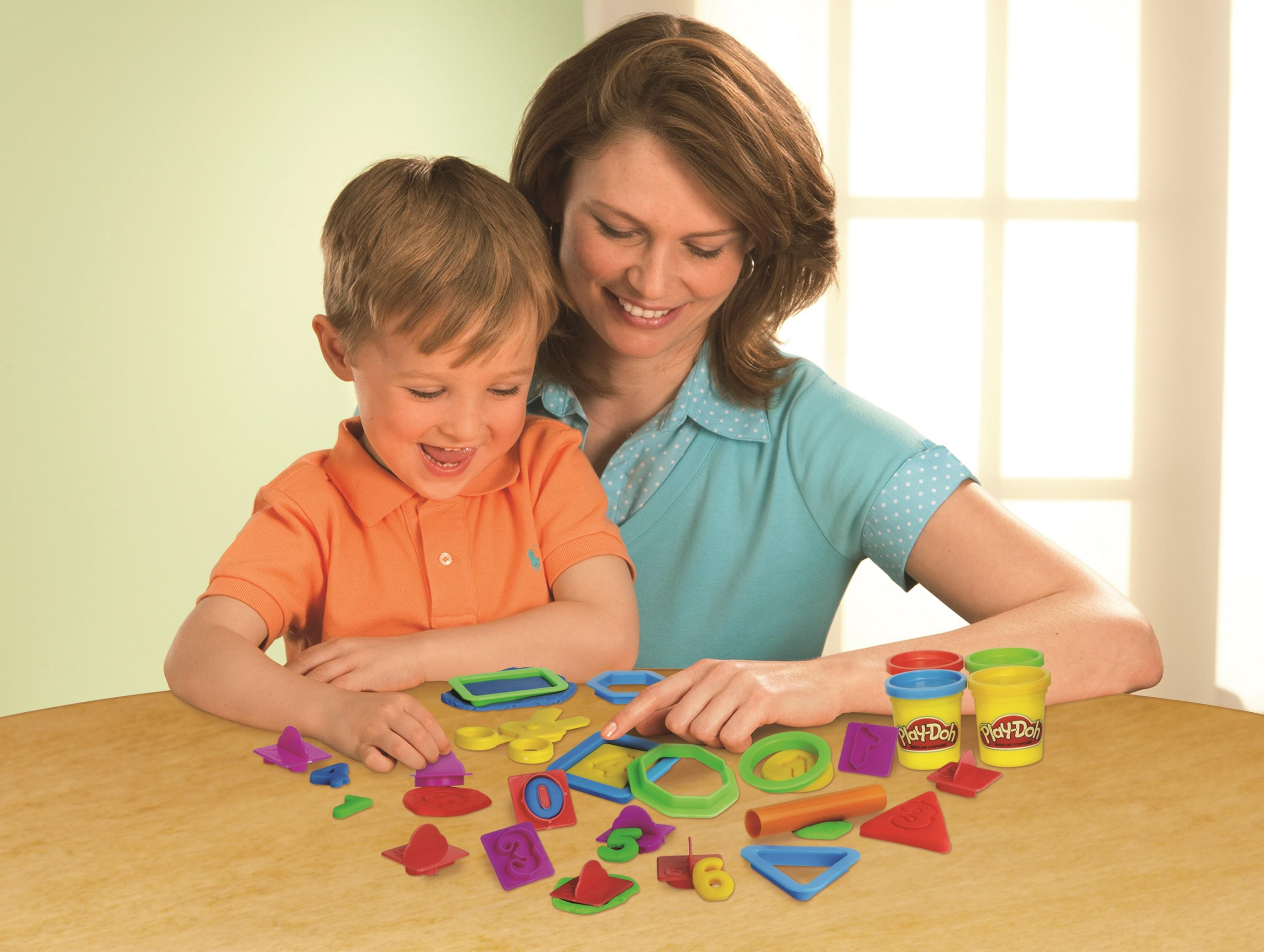 Kinder mit Play-Doh Knete förderm