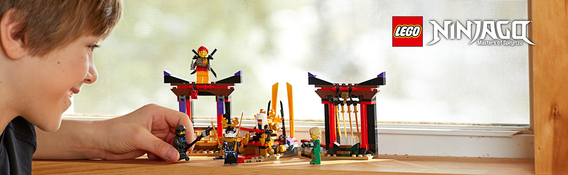 Kind spielt mit LEGO® NINJAGO Figuren