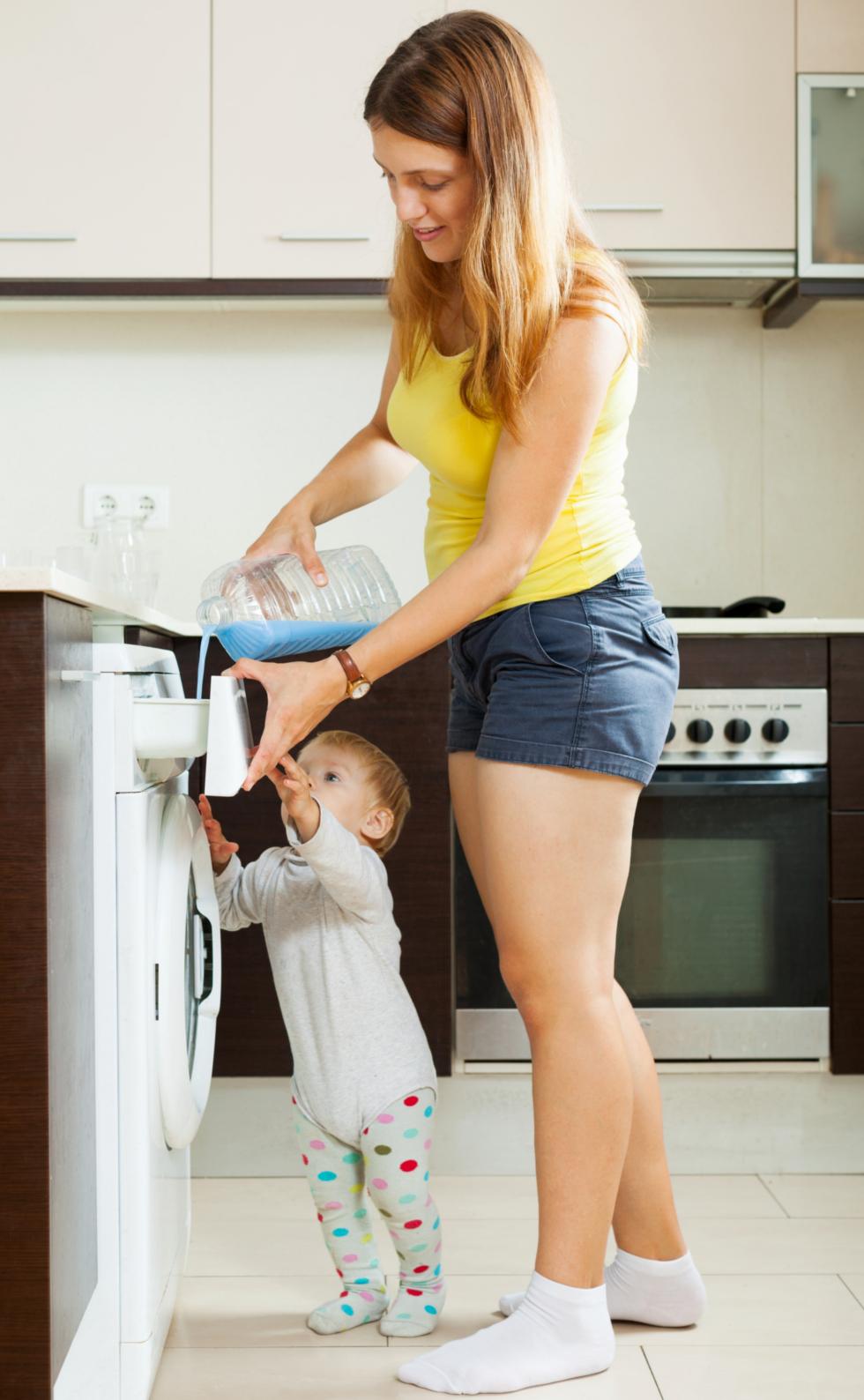 Mutter mit Kind in Küche