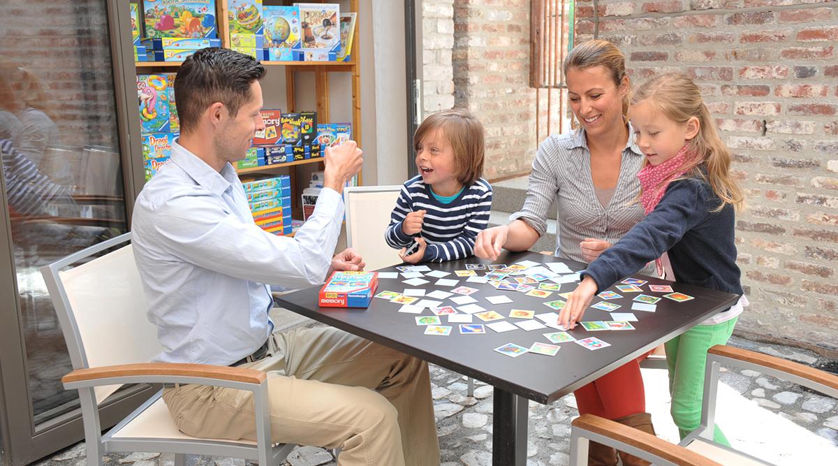 Familie spielt Memory® von Ravensburger