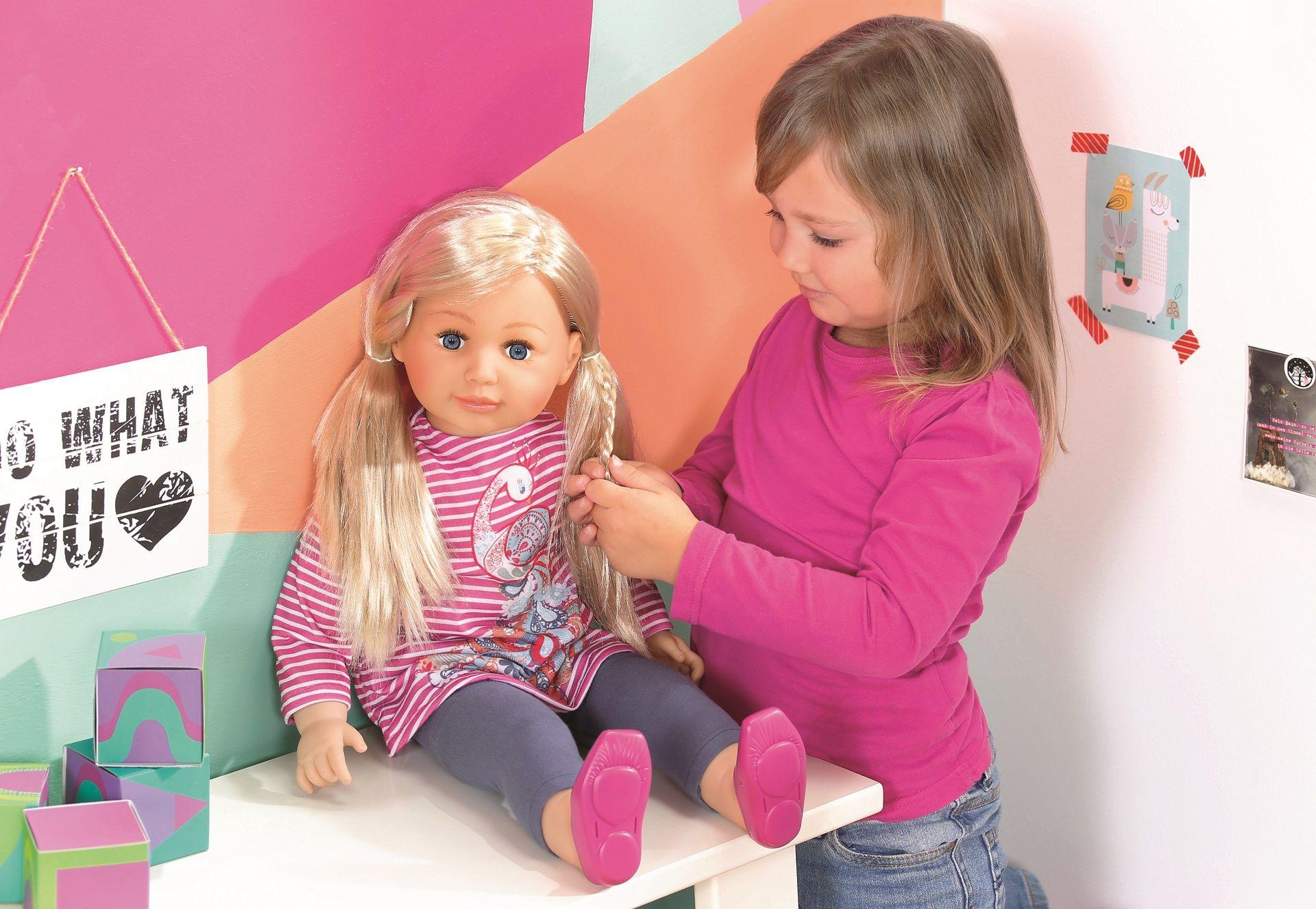 Mädchen spielt mit Sally Puppe von Zapf Creation