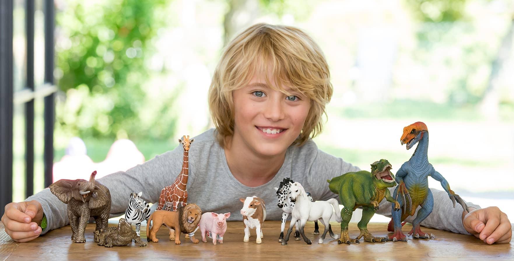 Junge spielt mit Schleich Spielfiguren